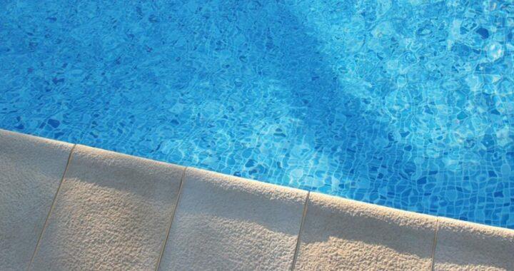 Bambino caduto in piscina morto