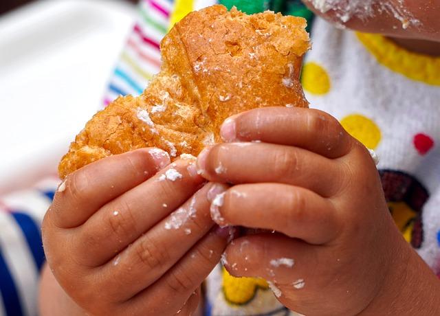 Bambino mangia da solo