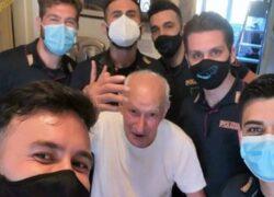 nonno Salvatore con gli agenti di polizia