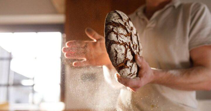 Perché non si deve mettere mai il pane capovolto a tavola