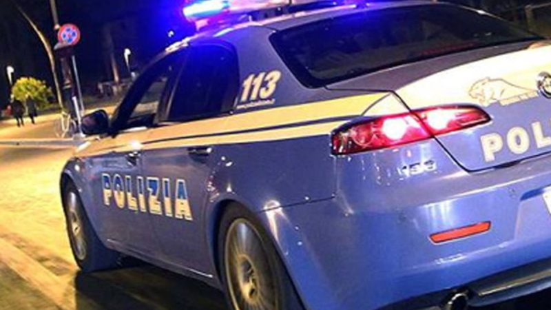 poliziotto accudisce bambina