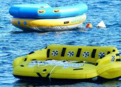 Coppia sul materassino al mare