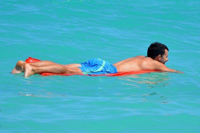 Ragazzo dorme tra le onde