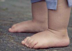 Bambino di 4 anni spara al fratellino