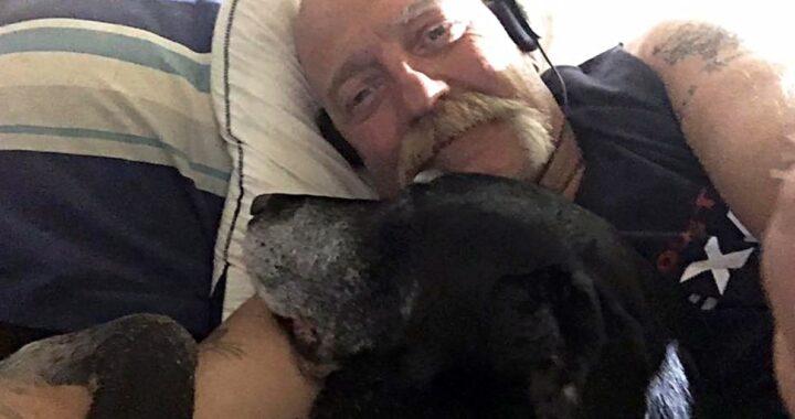 Cerca la donna che lo ha consolato dopo la morte del suo cane: il racconto di JP Groeninger