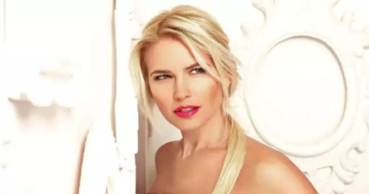 primo piano di Valeria Mazza capelli raccolti sfondo bianco