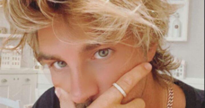 Andrea Damante biondo platino