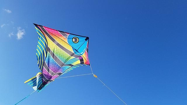 Aquilone colorato che vola