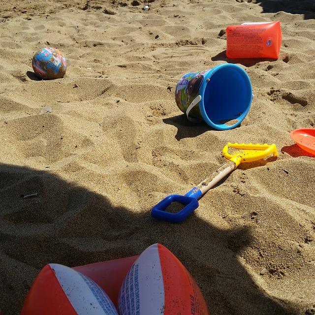 Bambina che gioca in spiaggia