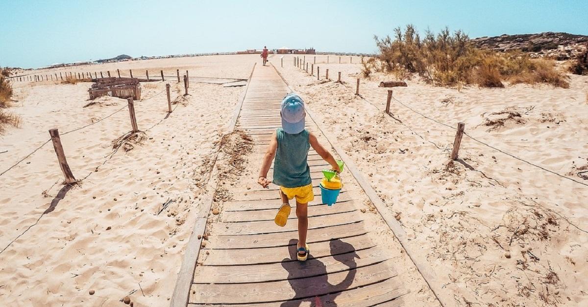 Bambino che corre in spiaggia