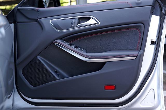 Portiera dell'auto aperta