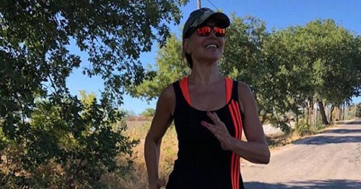 Barbara D'Ursdo finge di fare jogging