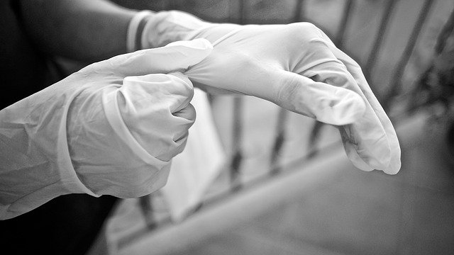 Sanitari con i guanti per proteggersi