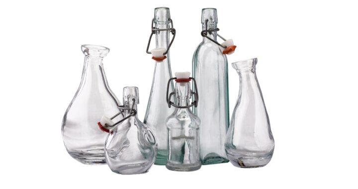 Come pulire le bottiglie di vetro: trucchi e consigli per lucidarle e renderle igieniche