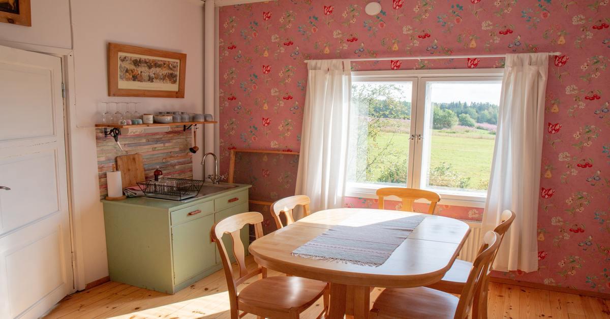 cucina rosa con motivo