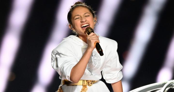 Emme Anthony canta con vestito bianco