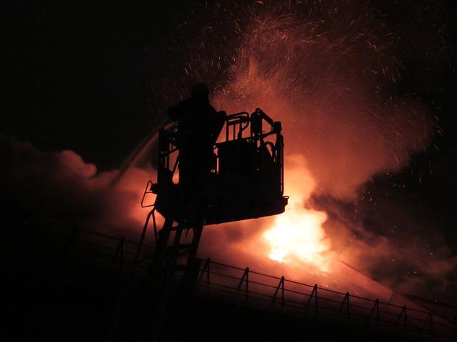 Pompieri spengono l'incendio