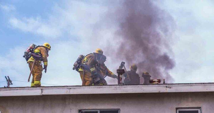Pompieri nella casa in fiamme