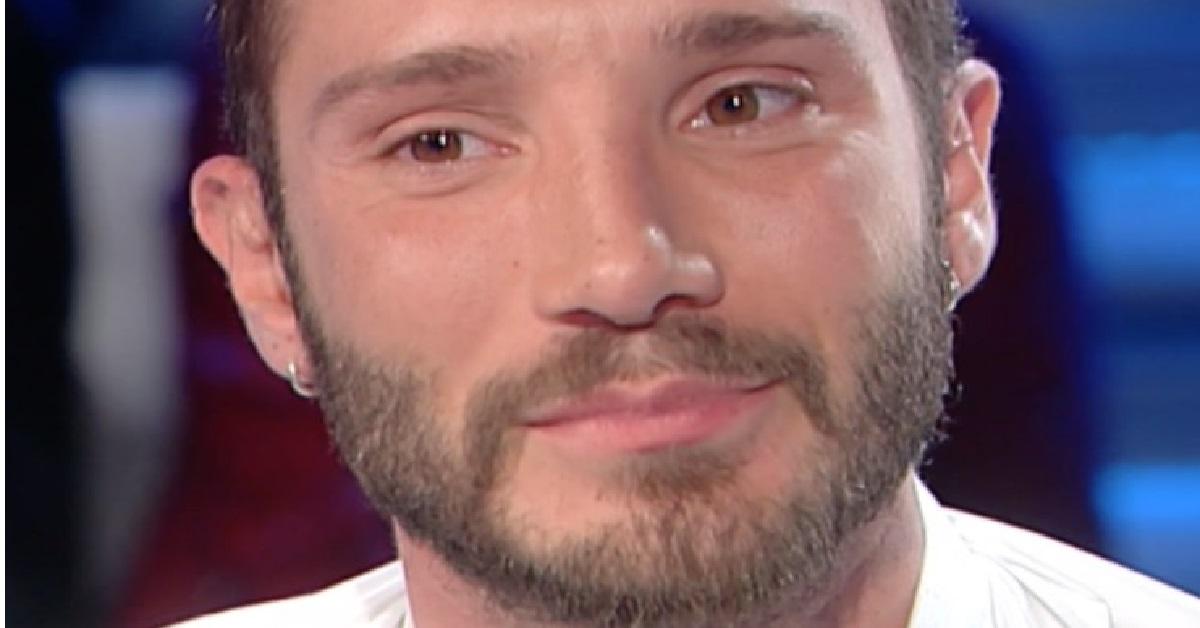 Stefano De Martino si commuove in diretta