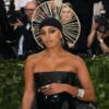 Solange Knowles vestito nero spalle scoperte fotografi