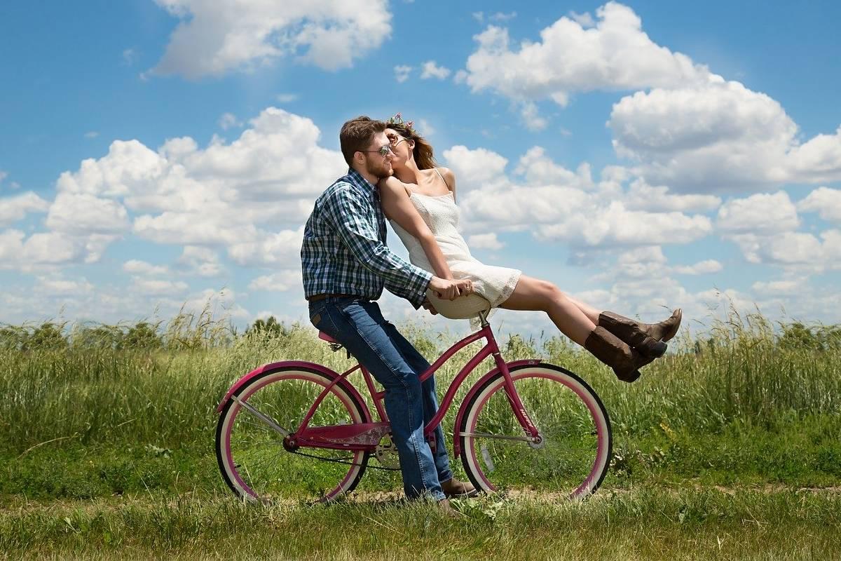 coppia felice sulla bici