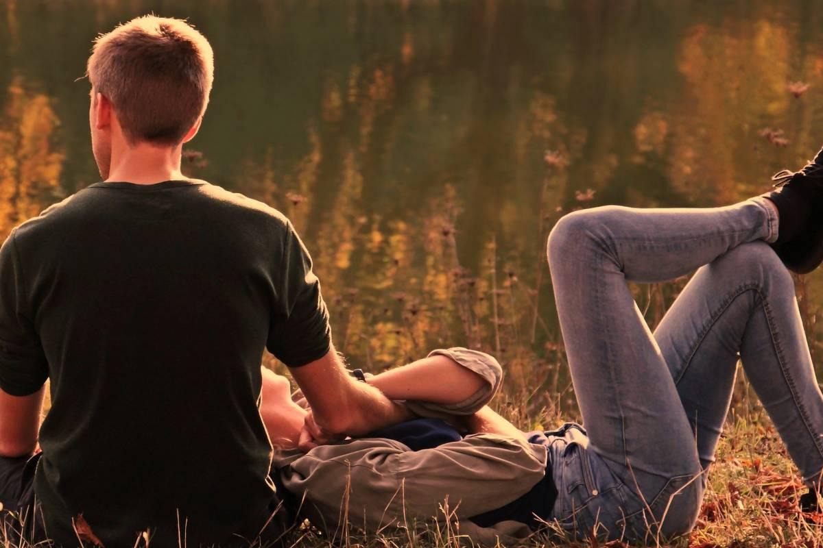 coppia stesa sull'erba