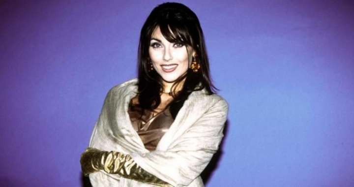 Luana Ravegnini primo piano sfondo blu