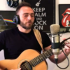 Andrea Cardillo con chitarra e cuffie