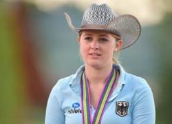 Gina Maria Schumacher, camicia azzurra e cappello da cowboy