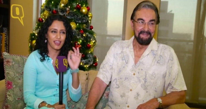 Parveen Dusanj e kabir bedi seduti con albero di natale dietro
