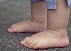 bambini scalzi benefici