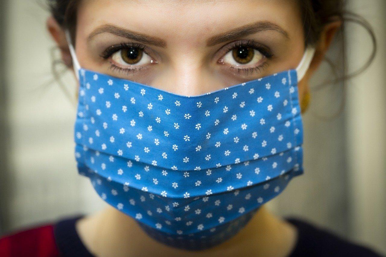 Mamma in ospedale con mascherina