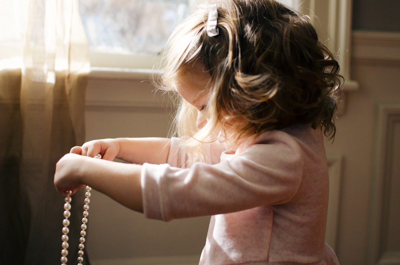 Bambina gioca da sola in casa