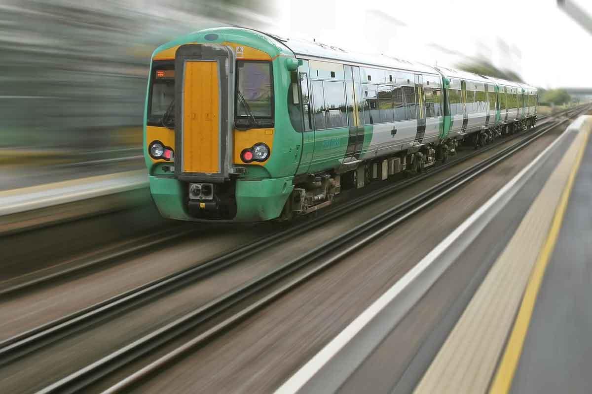 Bimbo rincorre un treno