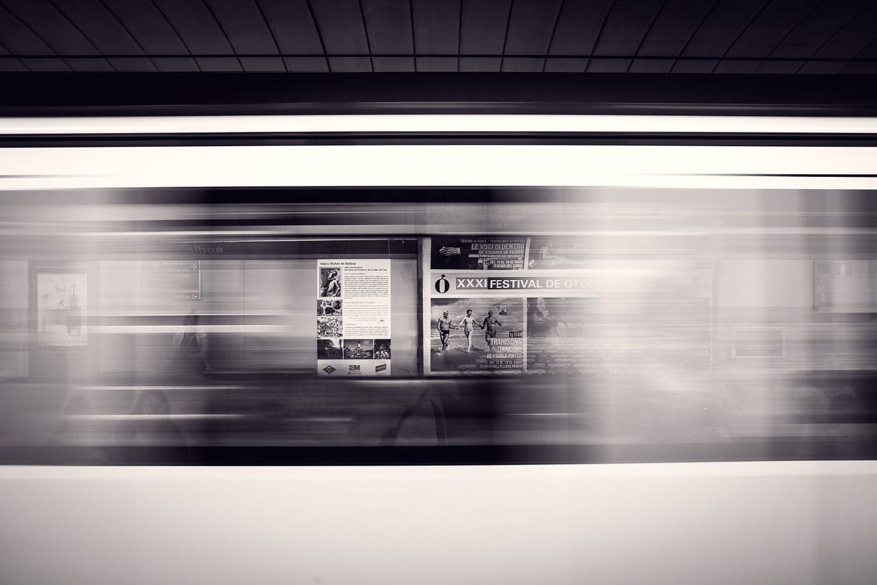Vagone in corsa in stazione