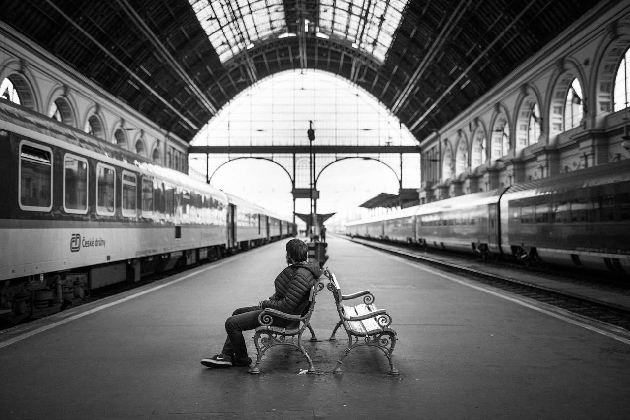 Passeggeri in attesa in stazione