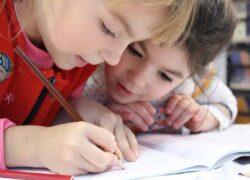 Bambino a scuola positivo