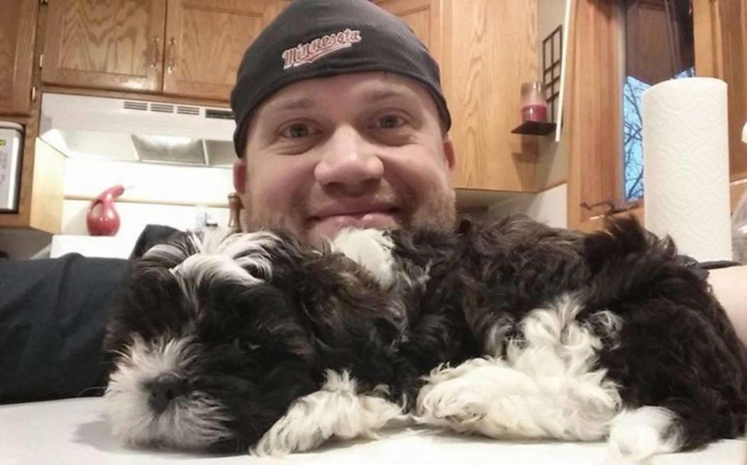Il proprietario e il cucciolo di cane