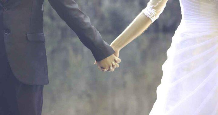Marito lascia la mano della sposa su una rupe