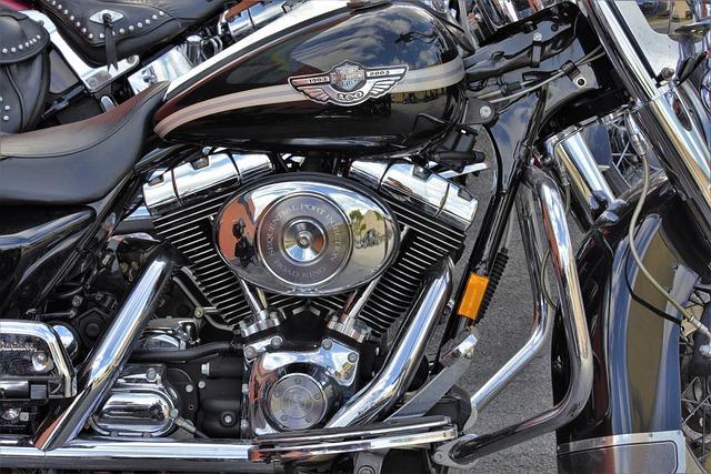 Il motore della moto del motociclista