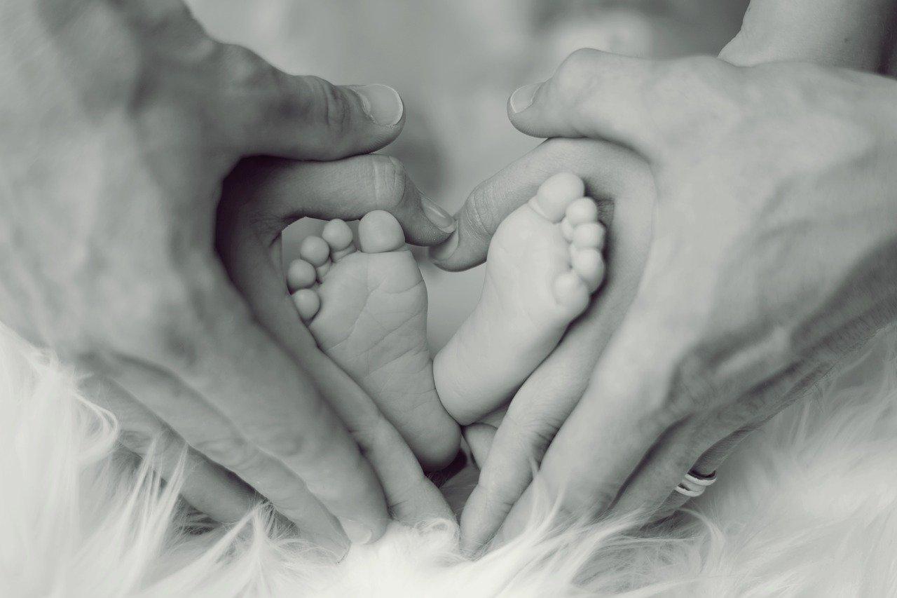 Bambino appena nato con i genitori