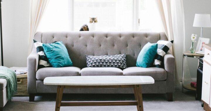 Come pulire i cuscini del divano? Trucchi e consigli per renderli belli e profumatissimi