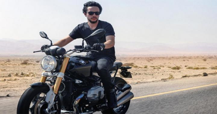 Hussein di Giordania in moto nel deserto