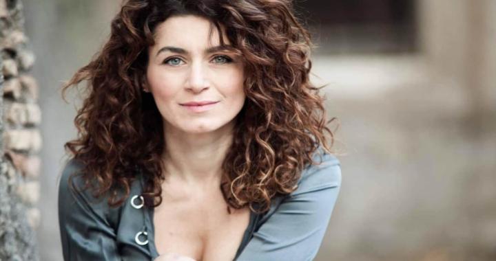 Valeria Monetti primo piano vestito azzurro chiaro