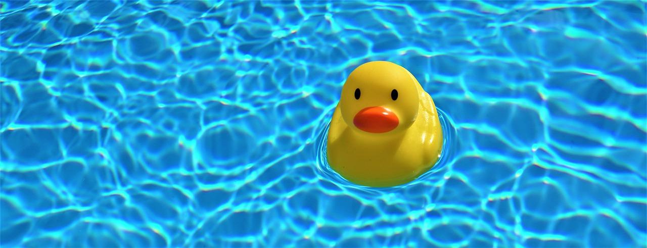 Bambini da soli in piscina