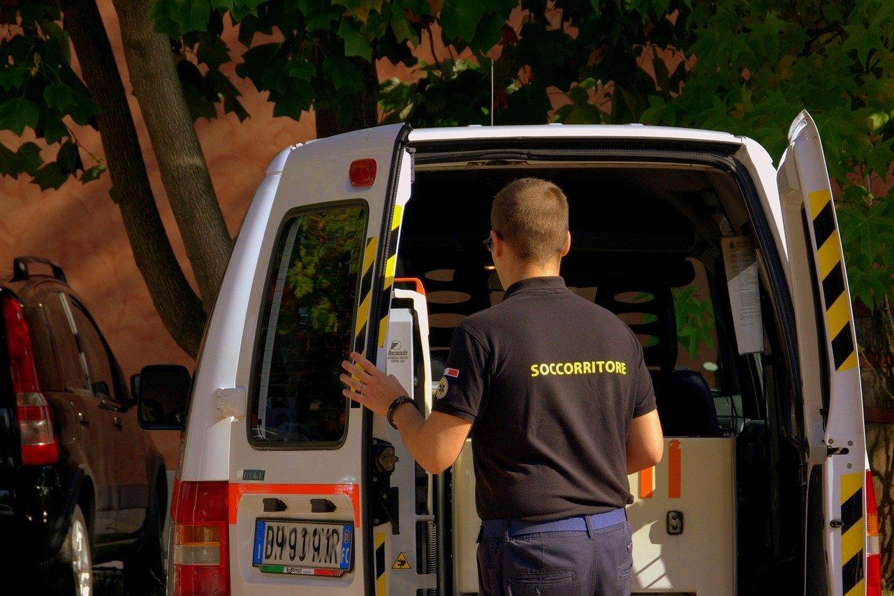 Ambulanza trasporta la donna in ospedale