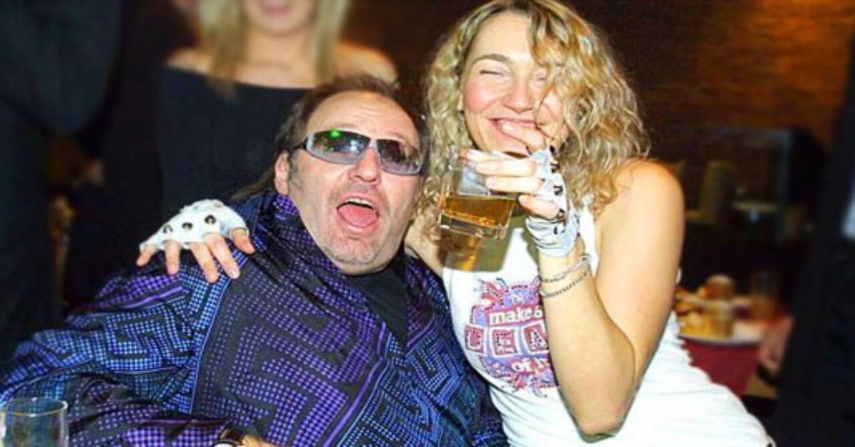 Laura Schmidt e Vasco Rossi abbracciati con bicchiere di birra