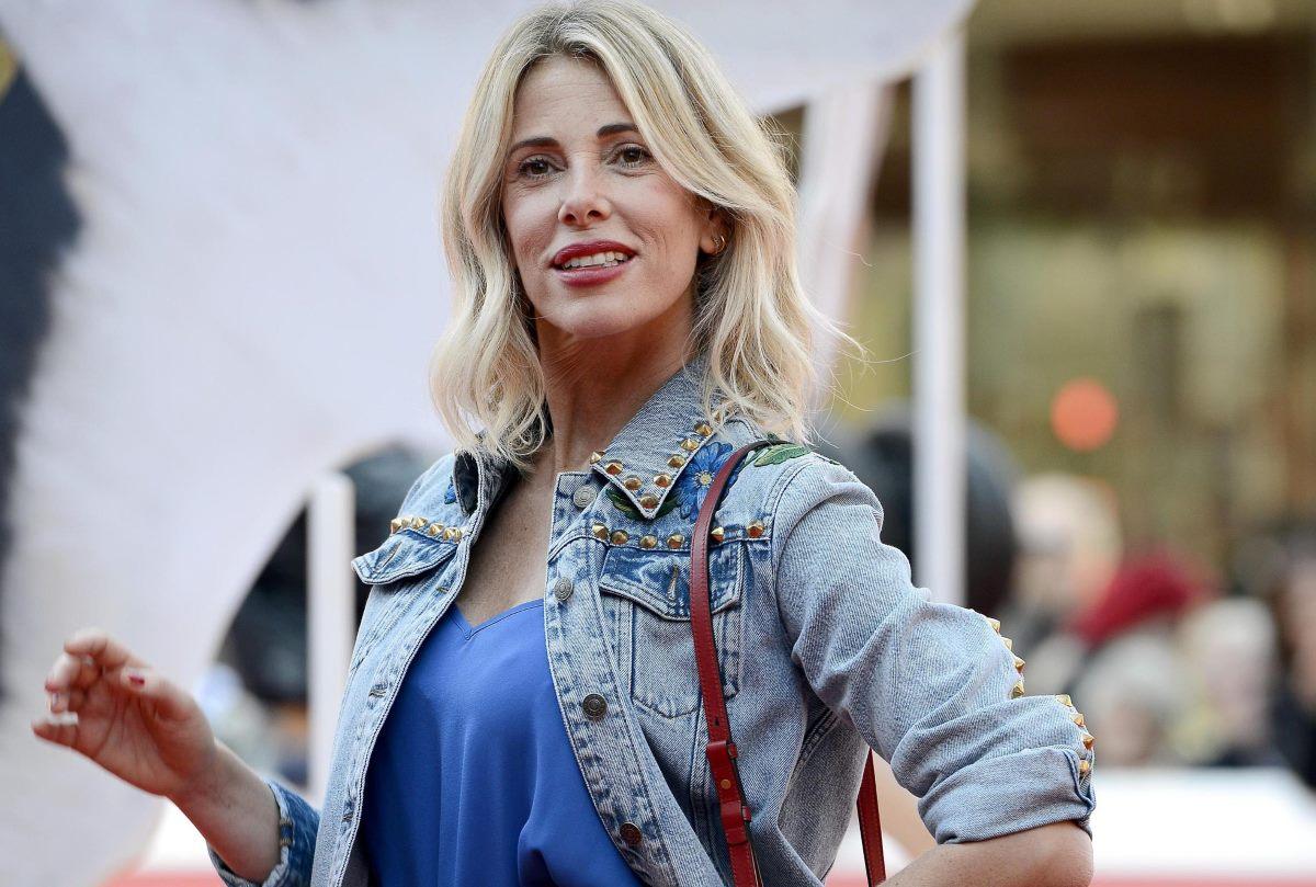 Alessia Marcuzzi posa davanti al fotografo