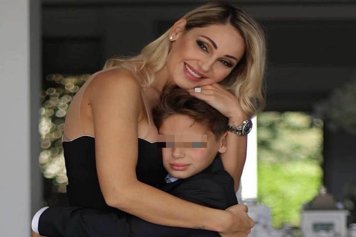 Anna Tatangelo abbraccia il figlio