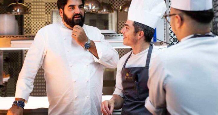 Antonino Cannavacciuolo parla con i suoi assistenti chef